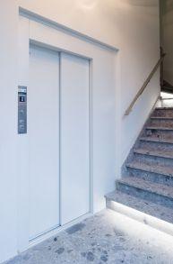 Tijdloze witte lift met schuifdeuren van Verolift