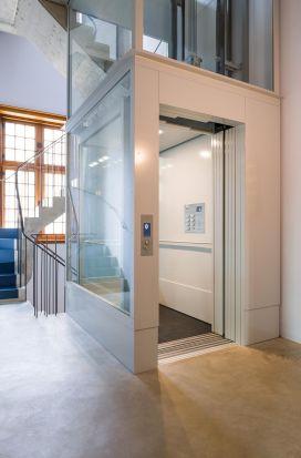 Lift toegankelijk voor rolstoelgebruik door Verolift