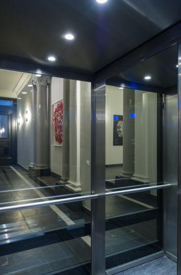 Zicht van in de liftkooi, met liefde en oog voor detail geplaatst door Verolift