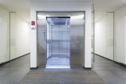 Handleuning met bedieningspaneel van de lift in verwerkt