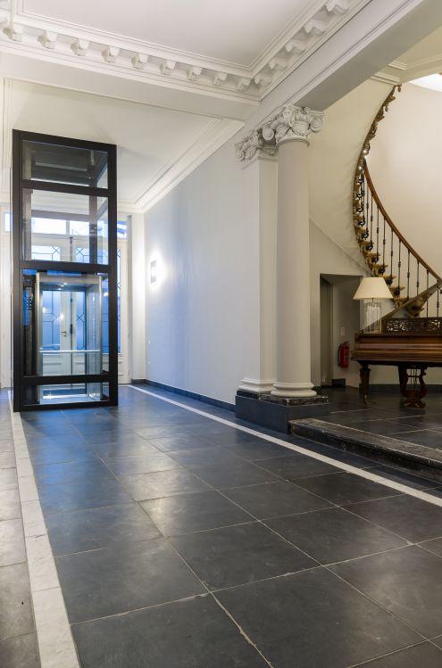 De transparantie van deze lift vormt een mooi geheel met historische kader